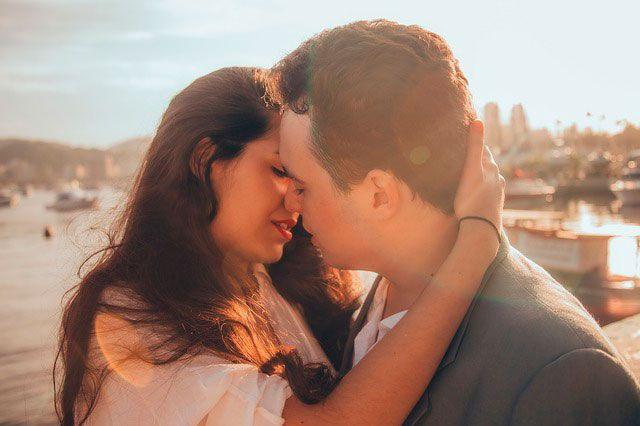 pareja dándose un beso