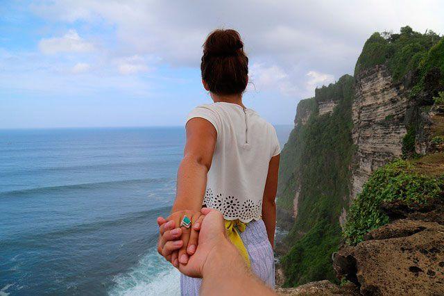 pareja de viaje por la montaña