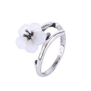 Anillo con flor blanca