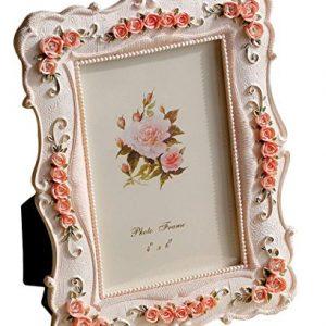 Marco de fotos artesanal con flores grabadas en el marco