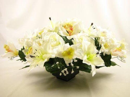 Centro de mesa con rosas y lirios