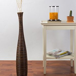 Jarrón de suelo realizado en madera. Medidas: 13x13x75 cm