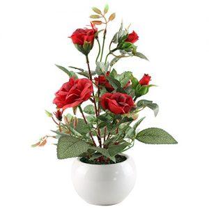 Jarrón con rosas artificiales